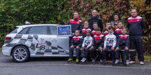 Die F1 - Junioren bedanken sich mit einem Mannschaftsfoto und Blumenstrauß